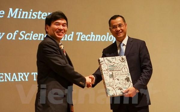 Giáo sư Murakami va Thứ trưởng Phạm Đại Dương. (Ảnh: Nguyễn Tuyến/Vietnam+)