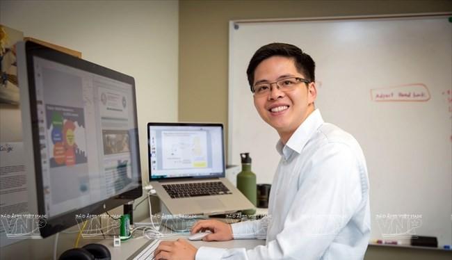 Giáo sư Vũ Ngọc Tâm ở phòng thí nghiệm của mình tại Đại học Colorado Denver, Mỹ