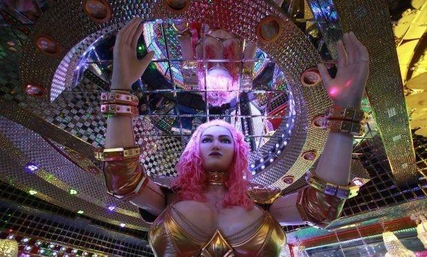 """Các vũ công biểu diễn trên những con robot """"nữ"""" khổng lồ."""