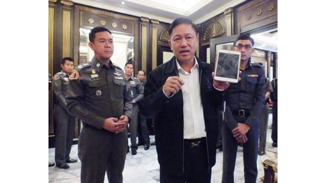 Tướng Winai Thongsong trình diễn đầu đọc thẻ căn cước. Ảnh: The Nation