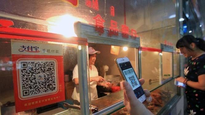 Dùng ứng dụng Alipay quét mã QR để thanh toán khi mua đồ ăn vỉa hè