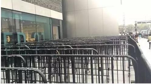 Hàng rào cho người tới xếp hàng mua iPhone 8 được chuẩn bị hoành tráng rồi dọn đi vội vàng.