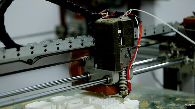 Máy in 3D của Công ty TNHH Gactech đang in sản phẩm bằng vật liệu nhựa carbon. Ảnh: Lê Loan