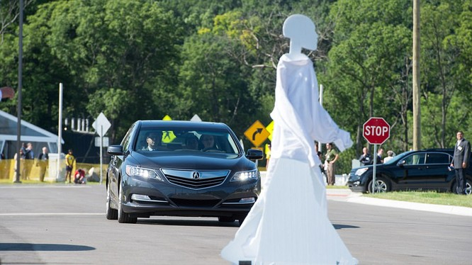 Người máy đi bộ qua đường một cách ngẫu nhiên để kiểm tra độ nhạy của các cảm biến gắn trên ô tô