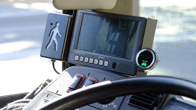 Thiết bị gắn trong khoang lái của hệ thống Mobileye để cảnh báo cho tài xế bằng âm thanh và hình ảnh. Ảnh: Twimg