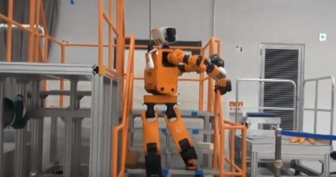 Mẫu robot cứu hộ phản ứng khẩn cấp E2-DR với lớp áo màu cam đặc trưng