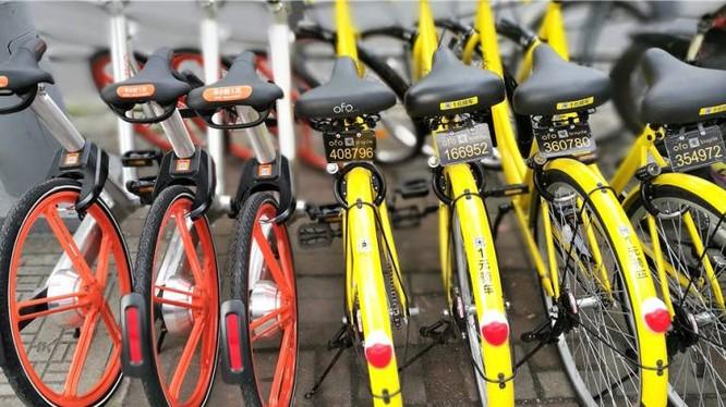 Hai màu xe đặc trưng và đối lập của Mobile và Ofo (màu cam và màu vàng tươi)