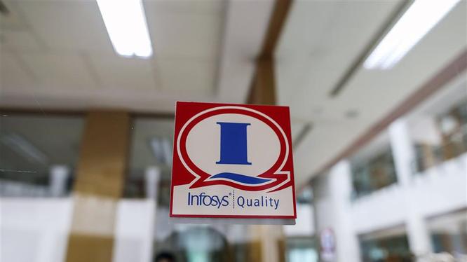 Logo của công ty Infosys được dán trên cửa sổ tại Trung tâm Đào tạo Toàn cầu. Ảnh: Bloomberg