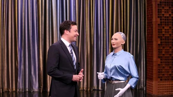 """Robot Sophia cùng MC Jimmy Fallon trong chương trình """"Showbotics Tonight"""" phát 25/4/2017. Ảnh Andrew Lipovsky/NBC"""