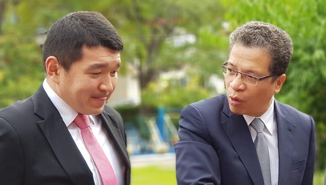 Đại sứ Đặng Minh Khôi (bìa phải) chia sẻ về niềm tin vào giới trẻ và CNTT trong việc phát triển đất nước. Ảnh: Thành Duy.