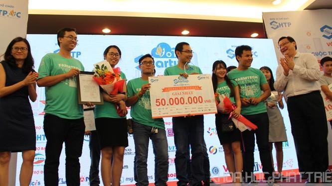 Ban Tổ chức trao giải nhất cho Cuộc thi IoT Startup 2017