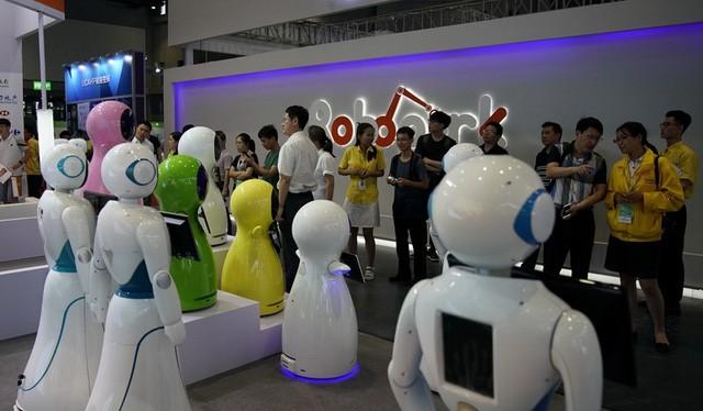 Các robot được trưng bày tại triển lãm robot quốc tế ở thành phố Thượng Hải, Trung Quốc vào ngày 5-7-2017 - Ảnh: REUTERS