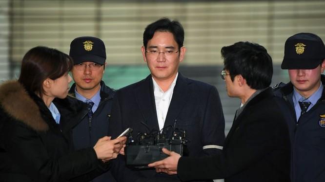 Ông Lee - người thừa kế tập đoàn Samsung bị bắt hồi tháng 2 vừa qua bởi những cáo buộc liên quan tới hối lộ