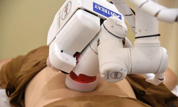 Robot - nhân viên mát xa - đang thực hiện xoa bóp cho bệnh nhân tại bệnh viện. Ảnh AFP Relaxnews