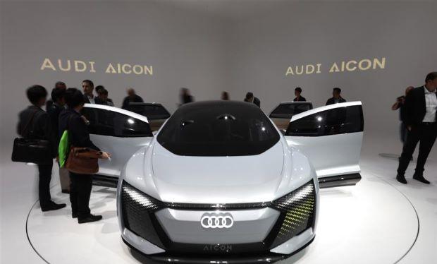 Khách tham quan đang mục sở thị chiếc xe điện tự lái Audi AG Aicon tại Triển lãm Ô tô Frankfurt. Ảnh Bloomberg