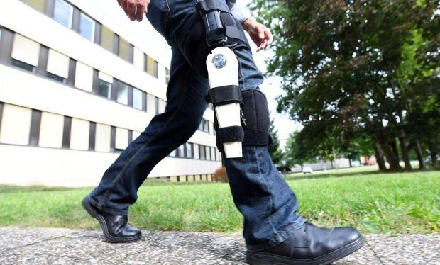 Pylatiuk, một nghiên cứu viên ở Viện Công nghệ Karlsruhe (KIT), gắn một thiết bị nhỏ vào chân phải như là một phần của thí nghiệm xem có thể tạo ra điện từ việc đi bộ hay không. Ảnh dpa.