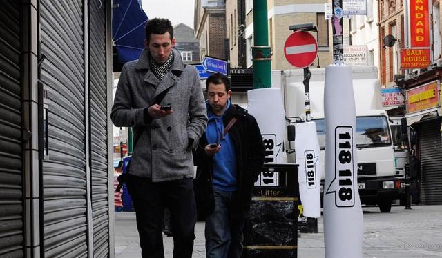 Vừa đi đường vừa nhắn tin hay dán mắt vào điện thoại có nguy cơ gây thương tích cho bản thân và những người khác - Ảnh: GETTY IMAGES