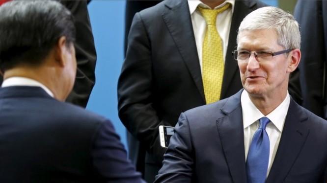Chủ tịch Trung Quốc Tập Cận Bình bắt tay CEO Apple Tim Cook trong lần dự cuộc gặp các CEO tổ chức tại Trung tâm chính của Hãng Microsoft (Redmond, tiểu bang Washington) ngày 23/9/2015. Ảnh Reuters