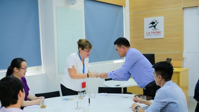 Bà McCarthy, giám đốc nhân sự của Tek Experts toàn cầu tới thăm Đại học Hà Nội trao đổi về chương trình hoạt động của Học viện Tek Academy.