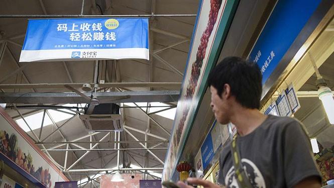 Người Trung Quốc đang ngày càng quan tâm hơn đến thanh toán di động. ẢNH: AFP