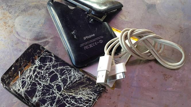 Em Lê Thị Xoan bị điện giật tử vong khi vừa sử dụng điện thoại di động vừa sạc pin Ảnh minh họa