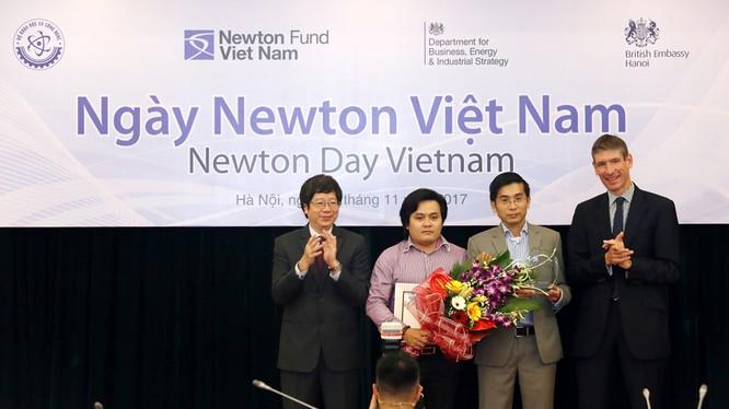Thứ trưởng Trần Quốc Khánh và Đại sứ Vương quốc Anh trao giải thưởng Newton.