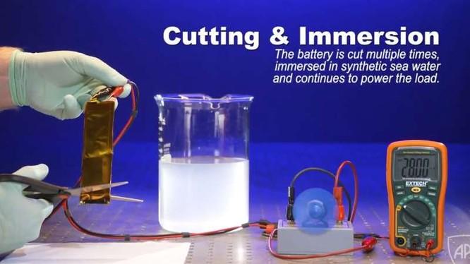 Thử nghiệm cắt rời một phần pin Li-ion khi đang hoạt động.