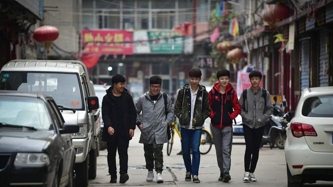 Đây là năm thanh niên trẻ, thuộc thế hệ 2K (sinh năm 2000 hoặc muộn hơn) trên đường tới tham dự một giải đấu gameLiên Minh Huyền Thoại ở thành phố Thái Nguyên, tỉnh Sơn Tây, Trung Quốc. Cả nhóm thuộc biên chế đội tuyển game thuộc trường Cao đẳng nghề Sơn
