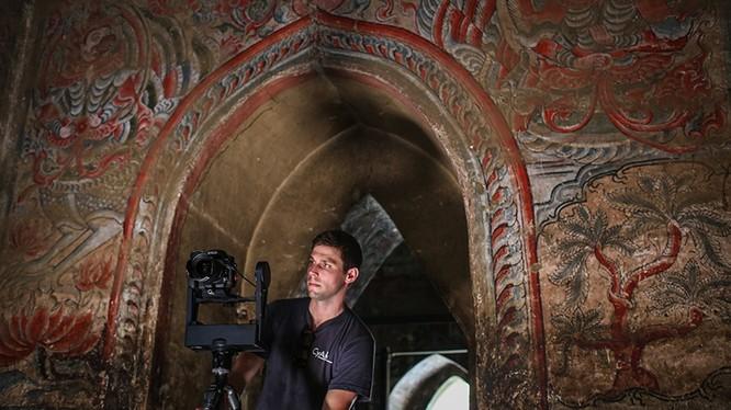 Một nhân viên của CyArk đang dữ liệu hóa các bức tranh tường tinh xảo ở tu viện Ananda okkyaung ở Bagan, Myanmar. Ảnh: Twitter.com