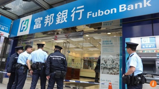 Cảnh sát Hong Kong điều tra vụ cướp ngân hàng Fubon tại Tsim Sha Tsui xảy ra vào tháng 12/2016. Việc ứng dụng công nghệ nhận diện qua giọng nói chắc sẽ giúp quá trình phá án nhanh hơn. Ảnh Nora Tam.