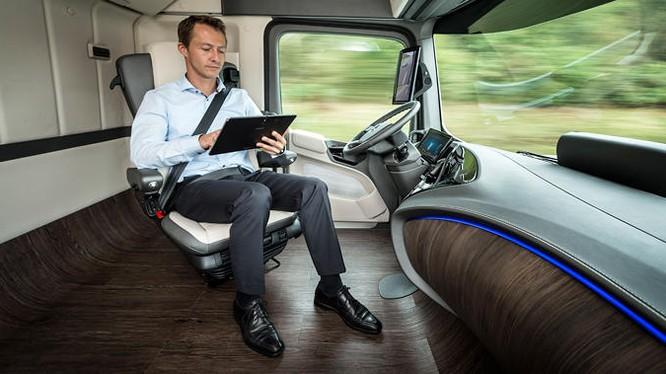 Trong cabin của xe tải Mercedes-Benz 2025