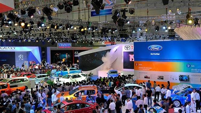 Đầu tháng 11, thị trường ô tô đã đón nhận những thông tin gây bão khi các doanh nghiệp sản xuất, kinh doanh ô tô công bố sớm giá xe năm 2018. (Ảnh minh hoạ)