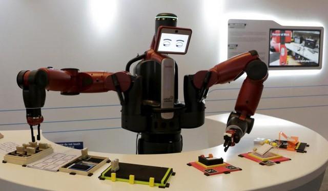 Robot Baxter của công ty Rethink Robotics đang biểu diễn khả năng của nó tại Diễn đàn Kinh tế Thế giới ở tỉnh Liêu Ninh, Trung Quốc - Ảnh: REUTERS