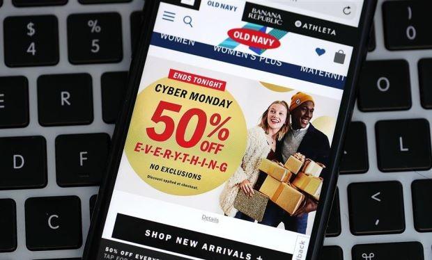 Việc sử dụng các thiết bị di động, đặc biệt là điện thoại thông minh để mua sắm chiếm hơn một nửa thương vụ và gần 40% doanh thu trong ngày Cyber Monday vừa qua tại Mỹ. Ảnh AFP
