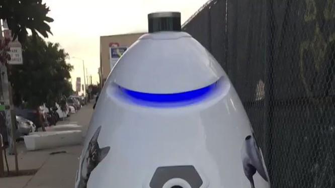 Robot K9 đang đi tuần tra