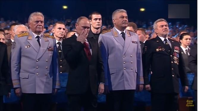 Tổng thống Putin lau giọt lệ rơi trên má