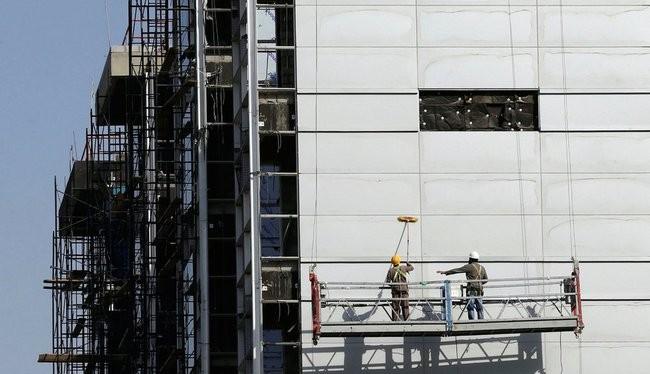 Các công nhân đang làm việc ở một công trình ở thủ đô Riyadh của Ả Rập Xê Út (ảnh: Business Insider)