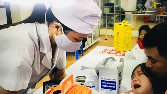 Lấy mẫu xét nghiệm cho trẻ tại Bắc Ninh hôm nay