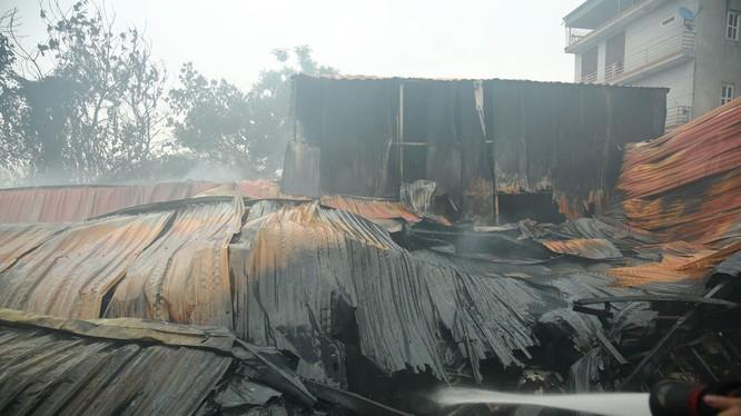Vụ cháy thiêu rụi khoảng 1000m2 nhà xưởng và khiến 8 người chết