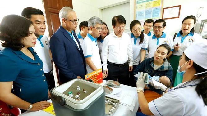 Đại diện WHO và Bộ Y tế thăm một cơ sở tiêm chủng