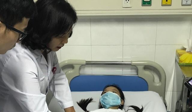 TS. Nguyễn Việt Hoa khám cho bệnh nhi trước khi mổ