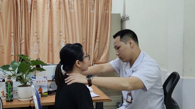 ThS. BS. Nguyễn Giang Nam đang khám cho bệnh nhân L. sau khi chị L. chữa bệnh tại nhà thầy lang.