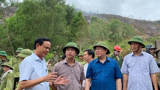 Ngày 1/7, Phó Thủ tướng Vương Đình Huệ tiếp tục thị sát việc chữa cháy rừng tại huyện Đức Thọ (ảnh: Thành Chung)