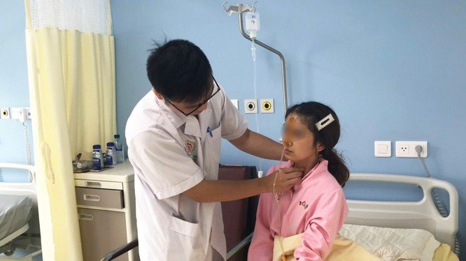 BS. Nguyễn Việt Hưng khám cho bệnh nhân sau khi lấy dị vật