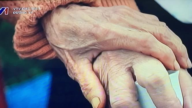 Hai người mẹ liệt sĩ nắm tay nhau, an ủi trong mất mát