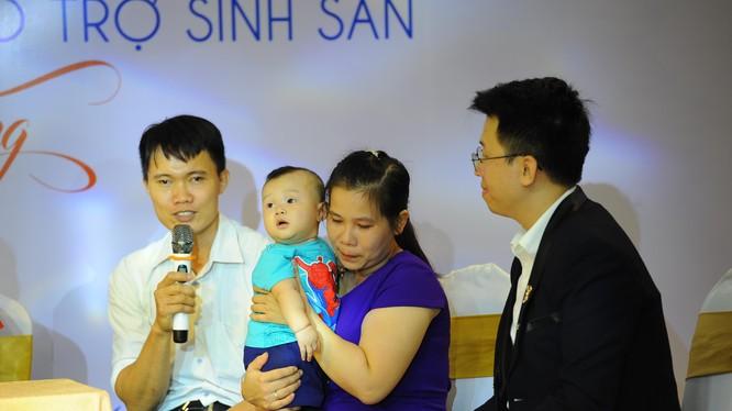 Gia đình anh Hoàng Văn Duy và chị Nguyễn Thị Hằng có con nhờ kỹ thuật micro tese