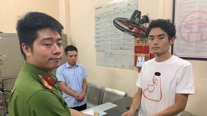 Công an trao trả số tiền cho du khách người Nhật đã bị tài xế grab chiếm đoạt