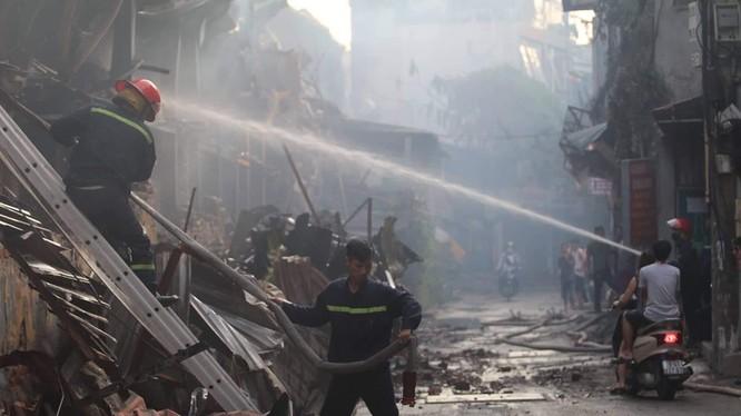 Vụ cháy ở Công ty Rạng Đông đang gây tranh cãi về mức độ ô nhiễm