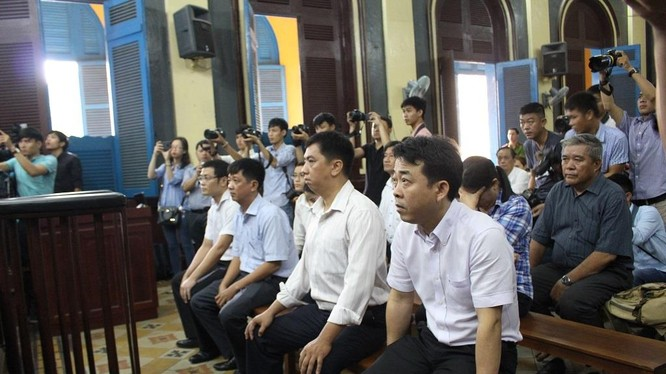 Các bị cáo trong vụ án VN Pharma tại phiên tòa hôm nay. Ảnh: Ngọc Hoa
