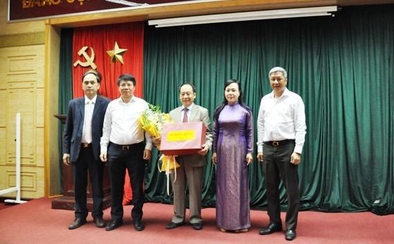 Bộ trưởng Bộ Y tế tặng hoa chúc mừng ông Trần Đắc Phu đã hoàn thành xuất sắc nhiệm vụ